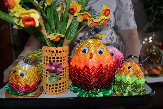 Jajka z kolorowych wstążek - Jajka wykonane z kolorowych wstążek robi się bardzo szybko, ale w pracę trzeba włożyć serce - twierdzi Pani Joanna.