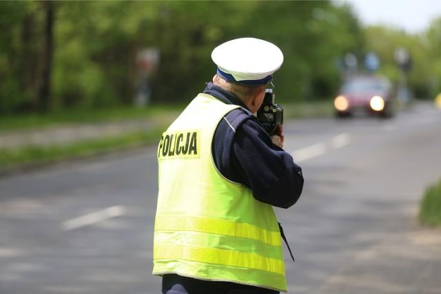 W związku z przekroczeniem prędkości w terenie zabudowanym o ponad 50 km/h, kierowcy zatrzymano prawo jazdy na okres co najmniej trzech miesięcy.