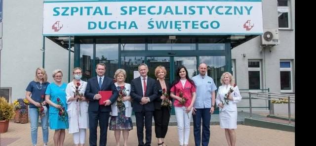 Wojewoda Świętokrzyski Zbigniew Koniusz w sandomierskim szpitalu podziękował pracownikom za walkę z covidem. Były kwiaty, podziękowania i pamiątkowy grawerton