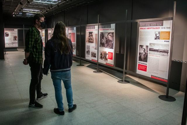 Do końca czerwca w Poznaniu można oglądać wystawę o polskich kryptologach. To idealna okazja, żeby wybrać się do Muzeum Powstania Wielkopolskiego 1918-1919 i poznać historię Polaków, którzy zatrzymali Armię Czerwoną i pomogli w rozszyfrowaniu Enigmy.Zobacz więcej zdjęć z wystawy --->