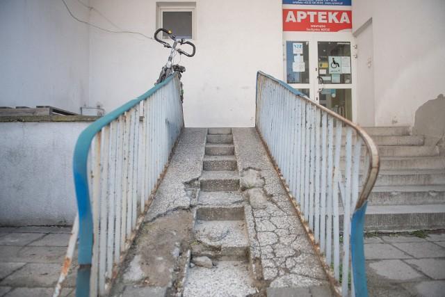 Przychodnia przy Kasprzaka w Poznaniu: Wejście od strony wewnętrznego parkingu przy Stablewskiego – podjazd dla wózków inwalidzkich praktycznie się rozpadł. To miejsce stało się dziką palarnią i śmietnikiem