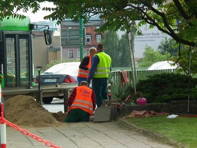 Wciąż nie wiadomo co było przyczyną wybuchu pod chodnikiem. Został on zamknięty dla pieszych