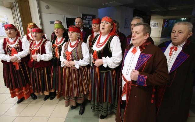 Zespół Pieśni Ludowej z Męskim Zespołem Kumotry z Marzysza w gminie Daleszyce znalazł się w finale w IV i VI kategorii (wspólna). Jury przyznało mu za wykonaną pieśń świąteczną wyróżnienie.