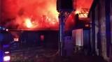 Ogromny pożar w zakładzie obuwniczym w Izdebniku. Strażacy walczą z żywiołem [ZDJĘCIA]