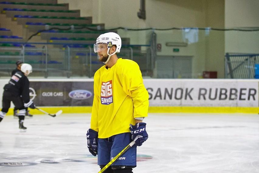 Hokeiści Ciarko STS Sanok na pierwszym treningu na lodzie...