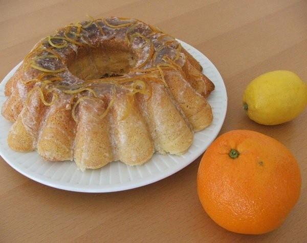 Babka imbirowo-cytrynowaSkładniki:2 szklanki mąki pszennej tortowej (u mnie szklanka = 250 ml)2 łyżeczki proszku do pieczenia1 cytryna1,25 szklanki cukru1 szklanka oleju0,5 łyżeczki startego imbiru1 szklanka mleka (o temp. pokojowej)5 jajek (o temp. Pokojowej)Mąkę pszenną i proszek do pieczenia wymieszać razem. Cytrynę sparzyć, wyszorować, otrzeć skórkę i wycisnąć sok z połowy cytryny. Olej i cukier zmiksować, dodać jajka, jedno po drugim, miksując po każdym dodaniu. Dodać sok z cytryny i otartą skórkę. Dodać starty imbir. Powinna powstać lekko gęsta masa. Odsypać 1/3 wymieszanej mąki, proszku i zmiksować z masą powstałą z oleju, cukru i jajek, aż do połączenia składników. Dodać połowę mleka i zmiksować. Tak do wyczerpania składników. Przelać do formy i piec 1 godzinę 10 minut w temperaturze 160 stopni.