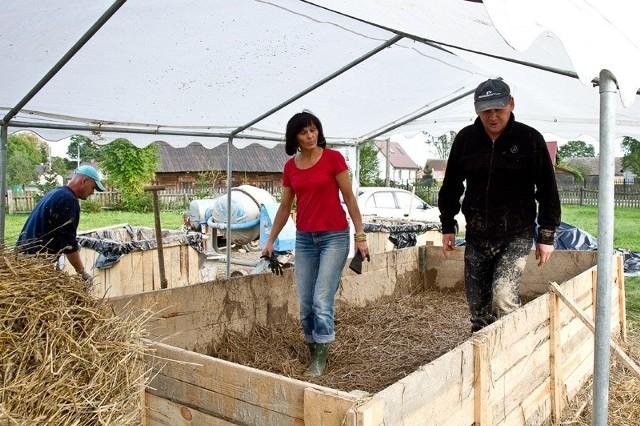 Budowa domu z glinyW budowie pomaga Sławomir Halicki, burmistrz Suraża, który wraz z Grażyną Puciłowską ugniatał słomę z gliną