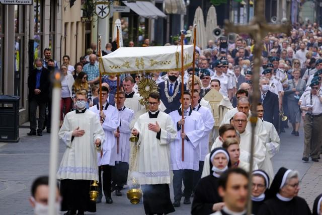 Tegoroczne uroczystości Bożego Ciała na toruńskiej starówce wyglądały inaczej niż w ubiegłych latach. Zamiast masowej procesji do czterech plenerowych ołtarzy torunianie przeszli z Najświętszym Sakramentem do czterech kościołów na starówce: katedry św. Janów, kościoła akademickiego, kościoła Wniebowzięcia Najświętszej Marii Panny i kościoła św. Jakuba. Wcześniej wierni zgromadzili się na mszy świętej, którą odprawił biskup toruński, ks. Wiesław Śmigiel. W nabożeństwie wzięli udział Prezydent Miasta Torunia Michał Zaleski z małżonką oraz radni Rady Miasta Torunia. Mamy dla Was zdjęcia z tego wydarzenia. Zobacz także: Boże Ciało 2021. Tak wyglądała procesja Na Skarpie w Toruniu. Zobacz ZDJĘCIACzytaj dalej. Przesuwaj zdjęcia w prawo - naciśnij strzałkę lub przycisk NASTĘPNE
