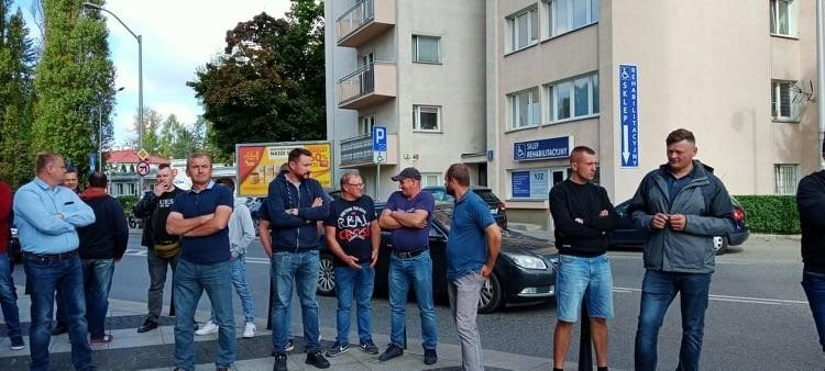 Sadownicy z powiatu grójeckiego protestowali w Warszawie przed siedzibą Jeronimo Martins, właściciela sieci Biedronka