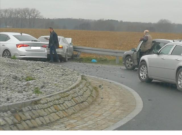 Do wypadku doszło na rondzie w Żernikach (powiat poznański). Kierowca samochodu osobowego uderzył w barierki.