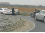 Wypadek pod Poznaniem. Kierowca samochodu osobowego uderzył w barierki na rondzie w Żernikach