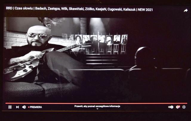 """Scena z wideoklipu nowej wersji piosenki """"Czas ołowiu"""", który kręcono w Inowrocławiu. Radny Damian Polak był ciekaw, czy Kujawskie Centrum Kultury miało finansowy udział w tym przedsięwzięciu"""