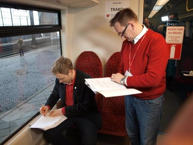 Koleje Dolnośląskie przeznaczyły na aukcję Wielkiej Orkiestry Świątecznej Pomocy prawo nadania nazwy autobusowi szynowemu SA 135-002 i pociągowi uruchomionemu w ramach rozkładu jazdy 2015/2016. Wczoraj na pokładzie wylicytowanego pojazdu podpisano umowę ze zwycięzcą aukcji