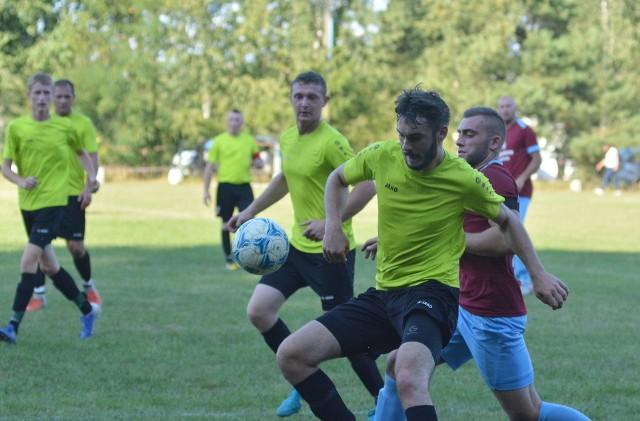 Piłkarze Krzątki (zielone koszulki) pewnie wygrali