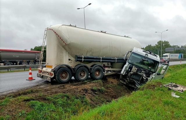 Utrudnienia na węźle Północ we Wrocławiu. Ciężarówka wpadła do rowu [ZDJĘCIA]