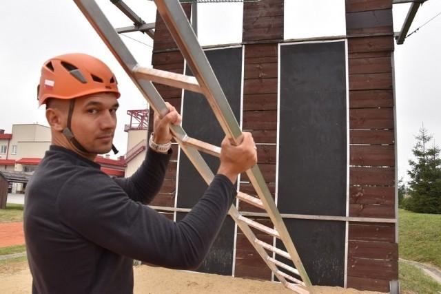 Mateusz Jurkiewicz do zawodów przygotowuje się m.in. na specjalnym torze ze ścianą do wspinania się na drabinie hakowej, który znajduje się przy JRG nr 2 na ul. Błonie