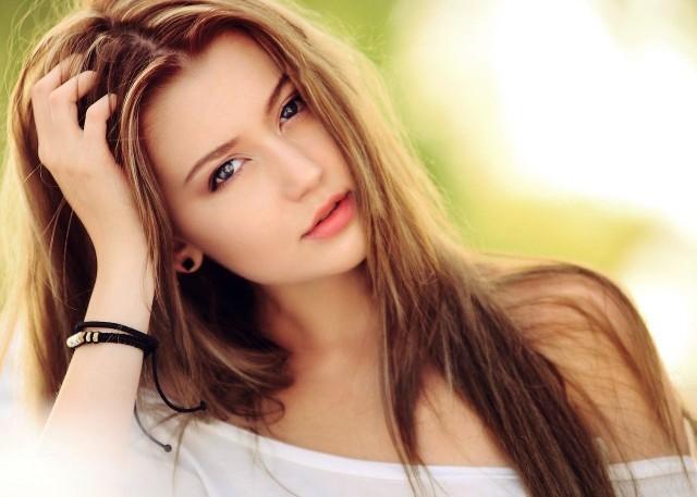 Ribbon blonde to najnowszy hit w farbowaniu włosów. Ta koloryzacja zdobyła niesamowitą popularność w czasie pandemii. Zobacz jeden z najmodniejszych trendów w koloryzacji - Ribbon Blonde. Sprawdź, czy ten odcień będzie pasował do ciebie. Zobacz zdjęcia w naszej galerii >>>>>>