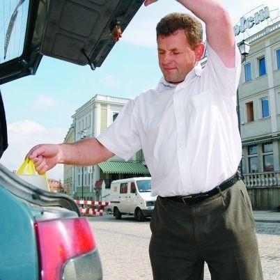 Piotr Androsiuk woli kupować w małych sklepach i nie cieszy się z powstawania nowych galerii handlowych. - Z tego powodu spada zatrudnienie rodzimych pracowników, spada też jakość usług, a przede wszystkim jakość towarów - mówi.