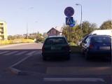 Ul. Bohaterów Getta: Parkowanie przy Biedronce