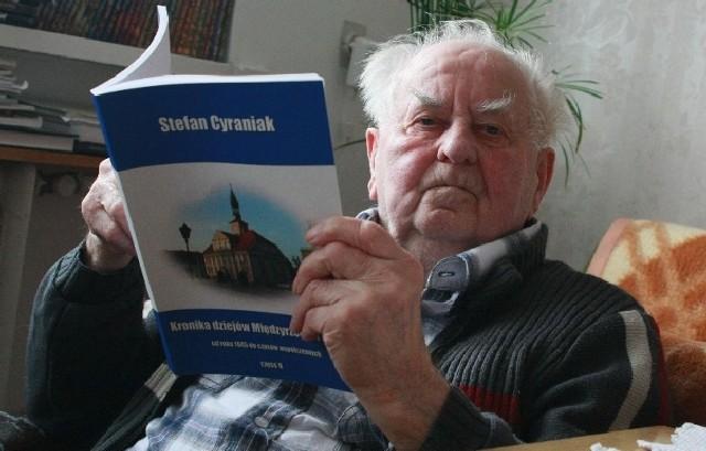 Stefan Cyraniak ma już 88 lat, ale z werwą nastolatka potrafi godzinami opowiadać o historii miasta