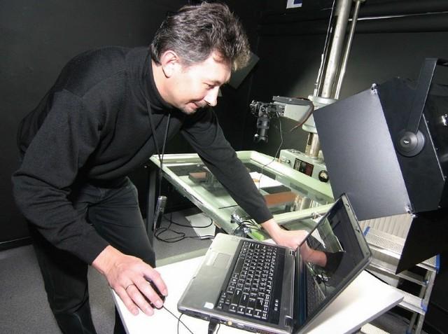 Sławomir Żabicki w słupskiej bibliotece przygotowuje cyfrowe wersje książek.