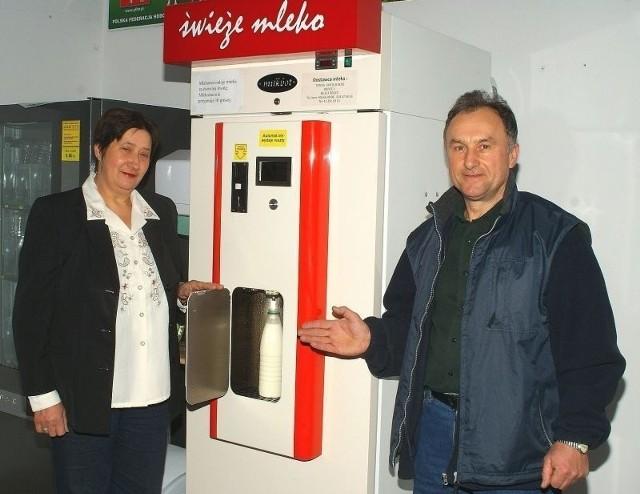 Teresa Kutrybała-Kłos, właścicielka mlekomatu: - Pomysł na mlekomat wzięliśmy z telewizji. U nas, w Kazimierzy, to nowość i na razie mamy niewielkie grono stałych klientów. Ale zainteresowanie jest coraz większe.