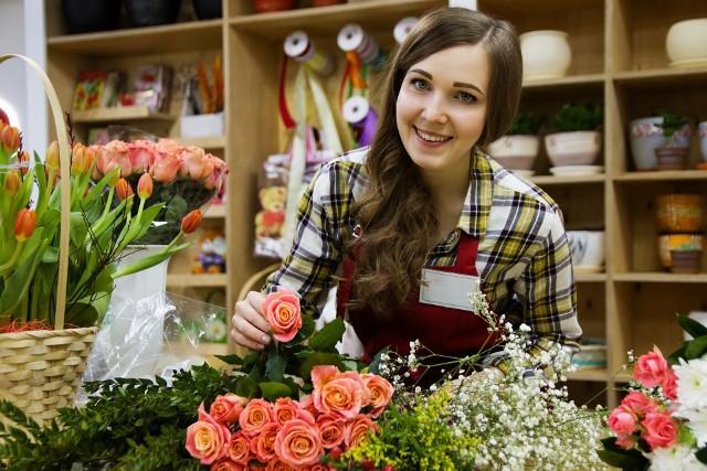 W ten weekend z racji Walentynek toruńskie kwiaciarnie nie powinny narzekać na klientów. Chyba żadna kobieta nie oprze się pięknemu bukietowi kwiatów. Panowie doskonale to wiedzą, ale najpierw trzeba wybrać odpowiednią kwiaciarnię. Specjalnie dla Was przygotowaliśmy ten ranking. Zobacz TOP 10. Najlepsze kwiaciarnie w Toruniu!Czytaj dalej. Przesuwaj zdjęcia w prawo - naciśnij strzałkę lub przycisk NASTĘPNEZOBACZ TAKŻE:VIP-y z Torunia na walentynki. Oto ich prywatne zdjęcia ze ślubu i nie tylkoOto kłódki miłości w Toruniu. Znajdziesz swoją? ZDJĘCIA