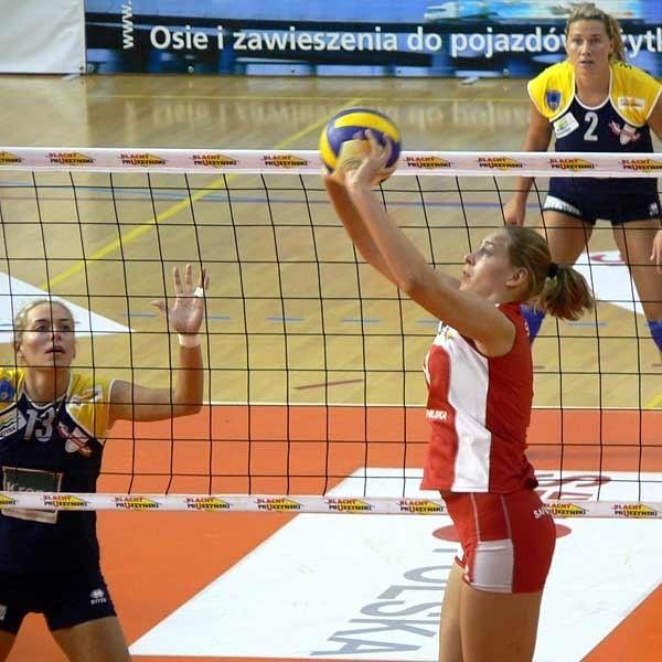 Rozgrywa piłkę Katarzyna Skorupa, po drugiej stronie siatki jej siostra bliźniaczka Małgorzata. Ich pojedynek był jedyna atrakcją meczu.
