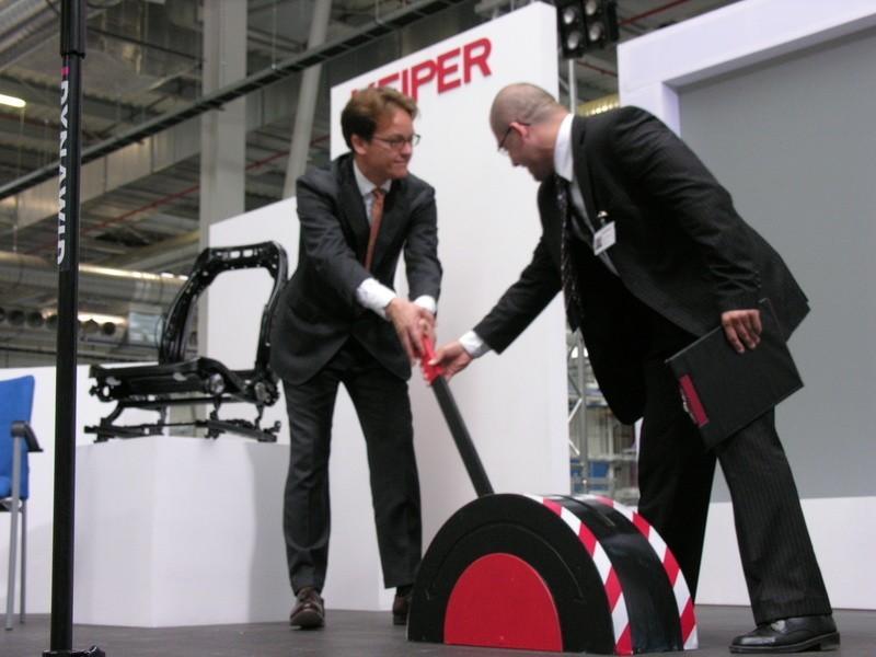 Właściciel koncernu Martin Putsch (z lewej) i dyrektor Bogusław Dawiec otworzyli fabrykę przestawiając symboliczną wajchę.