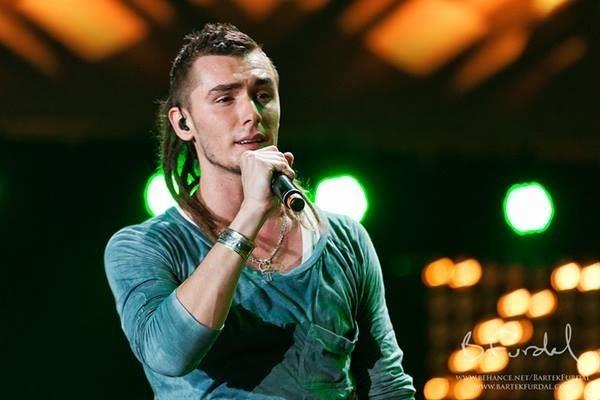 """Kamil Bednarek jest znany szerszej publiczności dzięki trzeciej edycji programu """"Mam Talent"""". Krzysztof Krawczyk jest znany zwłaszcza starszej publiczności. Śpiewa z nim przebój """"Parostatek"""""""