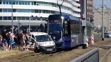 Wypadek z udziałem tramwaju w centrum. Policja: Winny motorniczy [ZDJĘCIA]