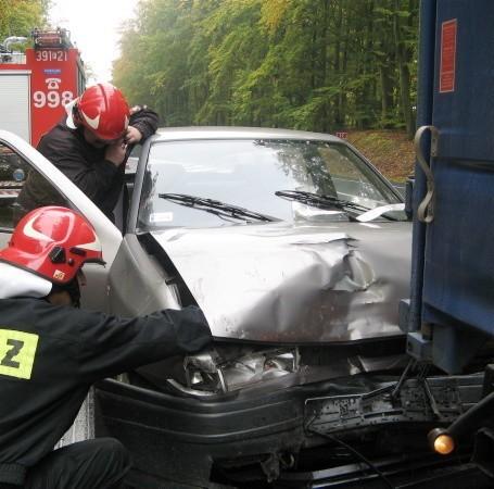 Kierowca seata nie zdążył zahamować przed ciężarówką. Wpadł w poślizg i uderzył w tył ciężarówki