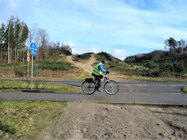 Z roweru dobrze widać, jak ma przebiegać przez Krępskie Góry druga jezdnia obwodnicy Słupska