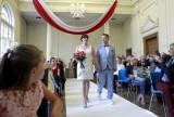 Poznali się w łódzkiej szkole i... wzięli w niej ślub! Ślubu w liceum udzieliła Edyta Dobrowolska, dyrektor USC [zdjęcia]