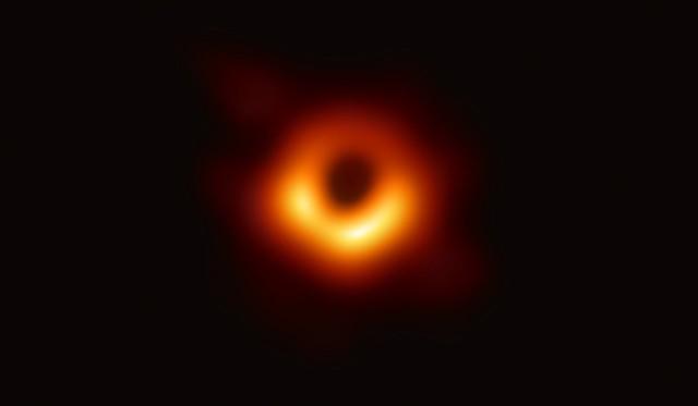 Oto pierwsze zdjęcie czarnej dziury.