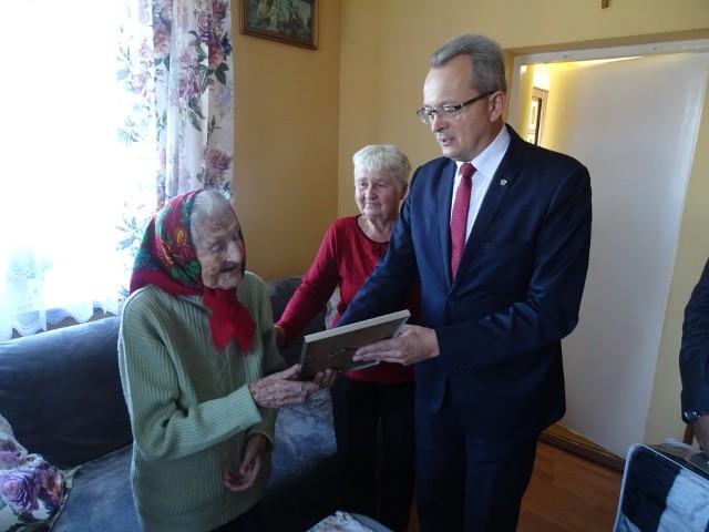 Burmistrz Arkadiusz Sulima oprócz życzeń, przekazał dostojnej jubilatce list okolicznościowy od premiera Mateusza Morawieckiego.