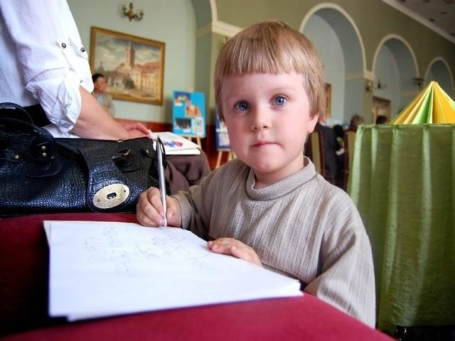 Miłosz Jarlaczek nie ma jeszcze pięciu lat, ale już w przyszłym roku pójdzie do pierwszej klasy. Jego rodzice obawiają się, czy chłopiec poradzi sobie w szkole.