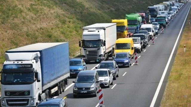 Na autostradzie A2 z pojazdu ciężarowego spadł kombajn. Zablokowane są dwa pasy ruchu.