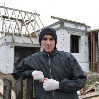 Marcin z robotnikami wylali nowe fundamenty, postawili ściany i powoli kładą dach. A przed nimi jeszcze  mnóstwo pracy.