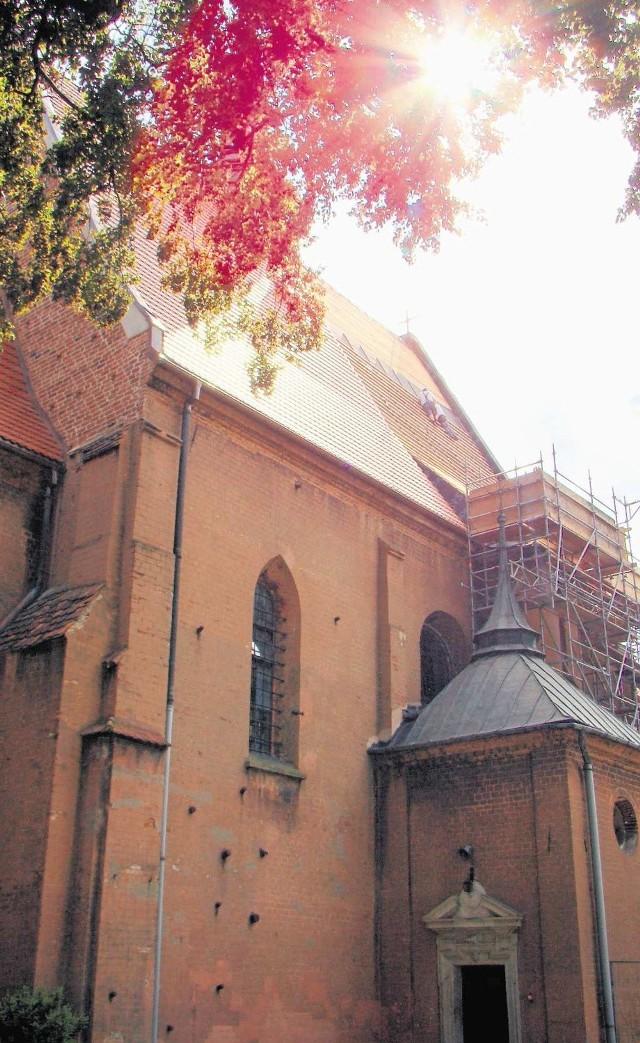 W opactwie w Staniątkach trwa remont kościelnego dachu. Prace na takiej wysokości wymagają nie lada kunsztu i odwagi.