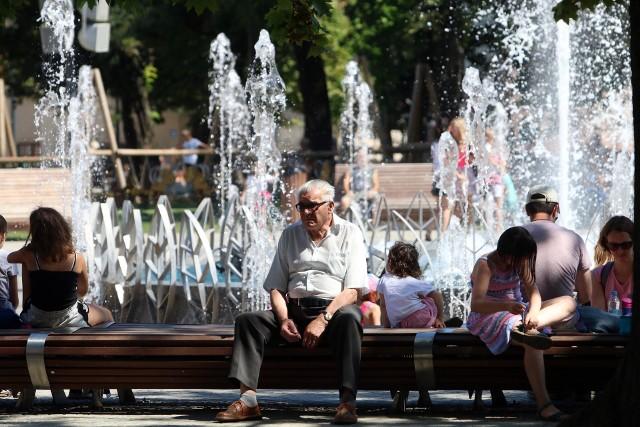 Mieszkańcy Lublina szukają ochłody w cieniu i przy fontannie