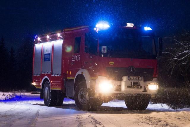 Strażacy ochotnicy z Pionek wykorzystali zimową scenerię do przygotowania specjalnej sesji fotograficznej z wozem bojowym, który na co dzień uczestniczy w akcjach ratunkowych. Zobacz zdjęcia!