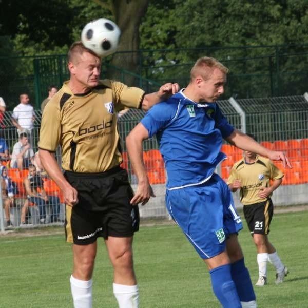 Tomasza Jagieniaka (z lewej) i jego kolegów z defensywy czeka trudne zadanie, bo Kotwica gra ofensywnie.
