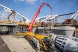 Kraków. Wielkie betonowanie nad Wisłą. Trwa budowa największego przęsła nowego mostu kolejowego [ZDJĘCIA]