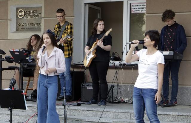 """Festyn szkoły muzycznej """"Yamaha"""" przed Domem Technika NOT w Grudziądzu"""