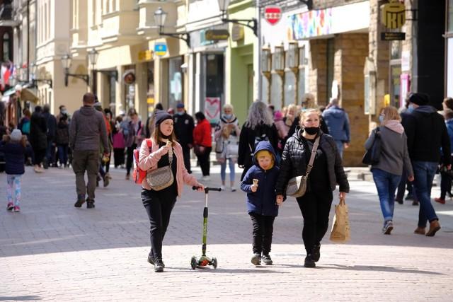 W wyniku procesów demograficznych (naturalnych i migracji) kurczą się zasoby pracy.