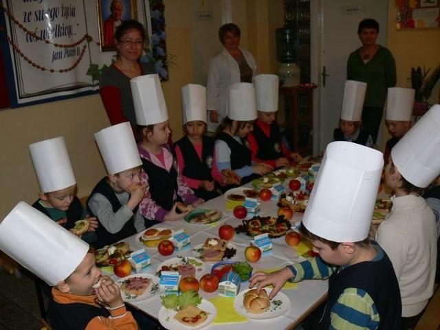 Podczas wspólnego śniadania w Katolickiej Szkole Podstawowej w Tarnobrzegu kolorowe kanapki z sałatą, szczypiorkiem i pomidorem znikały z talerzy