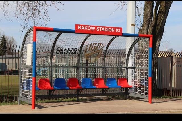 Wiaty przystankowe w kształcie bramek piłkarskich stanęły przy stadionie Rakowa Częstochowa.Zobacz kolejne zdjęcia. Przesuwaj zdjęcia w prawo - naciśnij strzałkę lub przycisk NASTĘPNE