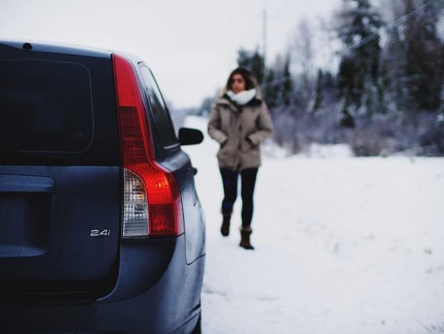 Kiedy zmienić opony na zimowe. O czym powinien wiedzieć kierowca?
