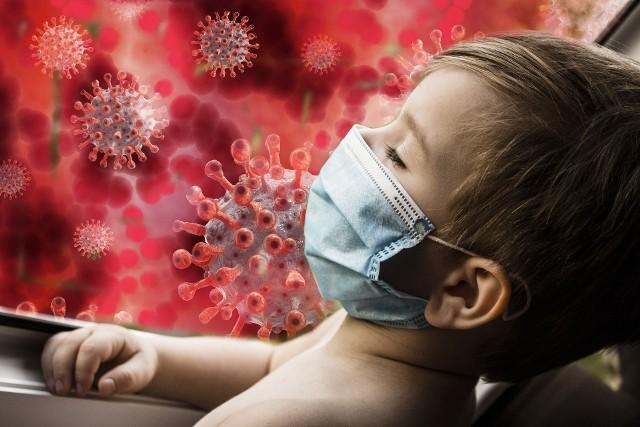 COVID-19 jest jednostką chorobową, która bardziej zagraża dorosłym, seniorom oraz osobom o obniżonej odporności niż dzieciom. Dzieci zapadają na tę chorobę zdecydowanie rzadziej od pozostałych grup wiekowych, a przebieg choroby jest u nich łagodniejszy, a często zakażenie przebiega bezobjawowo. Niestety, zaobserwowano niepokojące zjawisko. Do szpitali na całym świecie trafiają dzieci, które przechorowały zakażenie koronawirusem i u których rozpoznano tzw. zespół pocovidowy (PIMS). Wyjaśniamy, czym jest zespół pocovidowy u dzieci, jak się objawia i czym grożą powikłania po COVID-19. Zobacz więcej informacji >>> (kliknij strzałkę przy zdjęciu lub przesuń zdjęcie gestem)Więcej informacji w dalszej części galerii.
